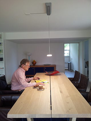 Thuiswerk situatie met directe verlichting van de Iris Trilight hanglamp